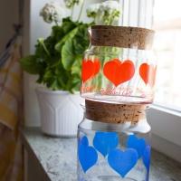 Hjärtliga glasburkar och ett köksbord fyllt med fynd
